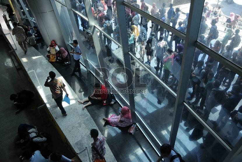 Para pencari kerja mencari informasi lowongan kerja saat bursa kerja saat Indonesia Career Expo di Smesco Convention Hall, Jakarta, Jumat (8/1).  (Republika/Agung Supriyanto)