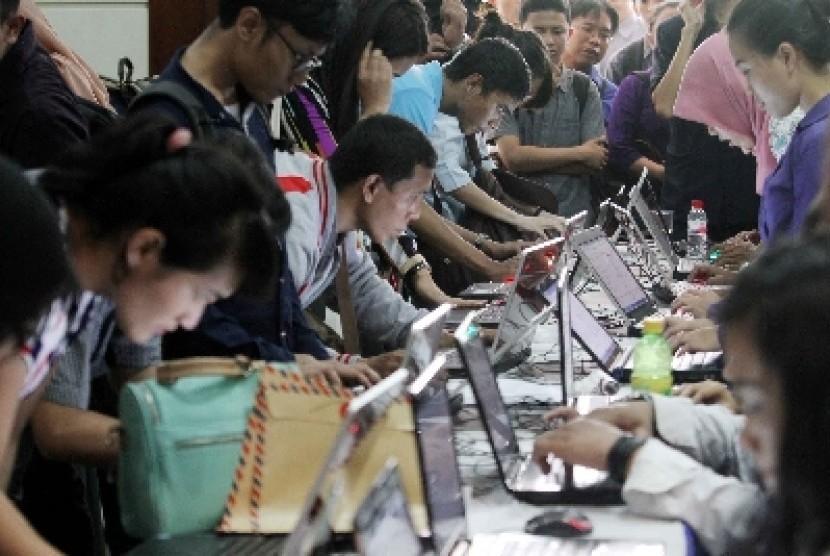 Para pencari kerja mencari informasi lowongan pekerjaan dalam bursa kerja di Jakarta, Kamis (6/11).