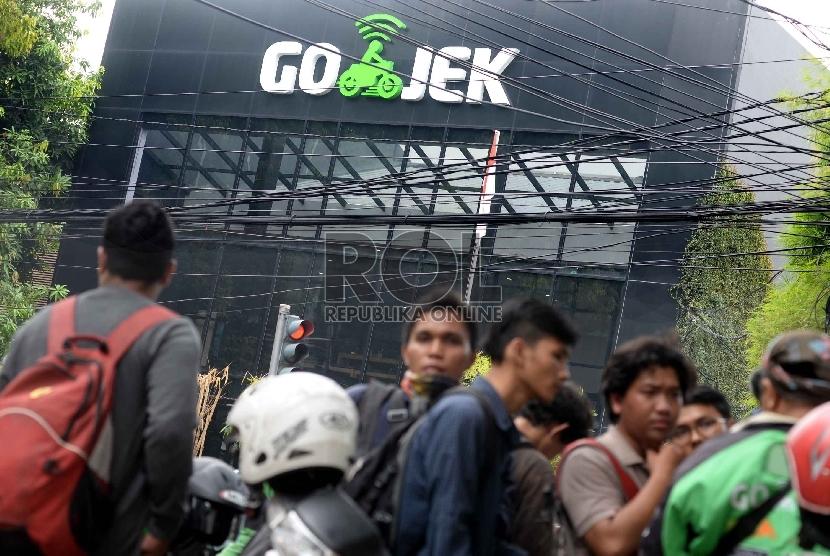 Para pengemudi berkumpul di kantor pusat Gojek, Kemang, Jaksel.