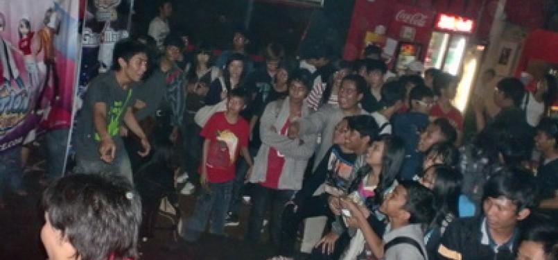 Para penggemar mengikuti acara fun game di ultah ke-5 'Ayo Dance'.