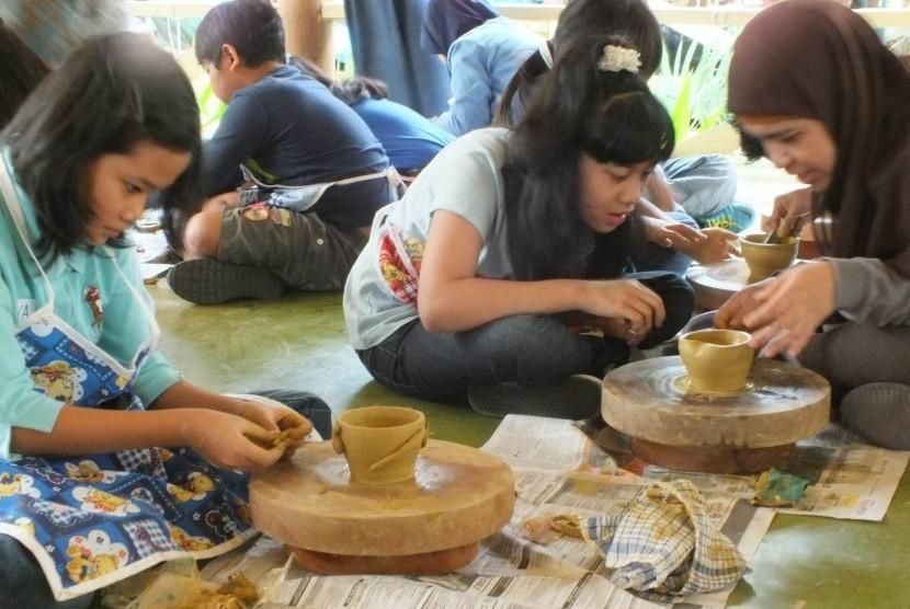 Para pengrajin tembikar sedang beraksi.