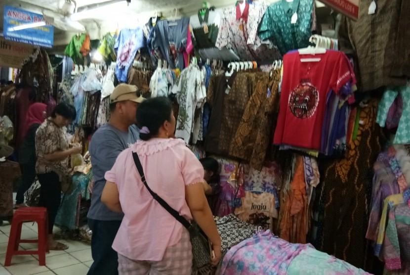 Para pengunjung di Pasar Beringharjo.