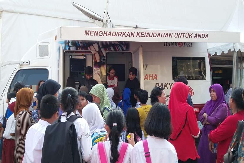Para pengunjung Jakbook & Edu Fair 2015 menyerbu mobile branch Bank DKI