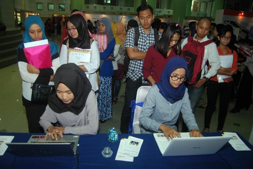 Para pengunjung memadati Job Fair UII yang digelar di Auditorium Kahar Mudzakkir, Sabtu (26/8).