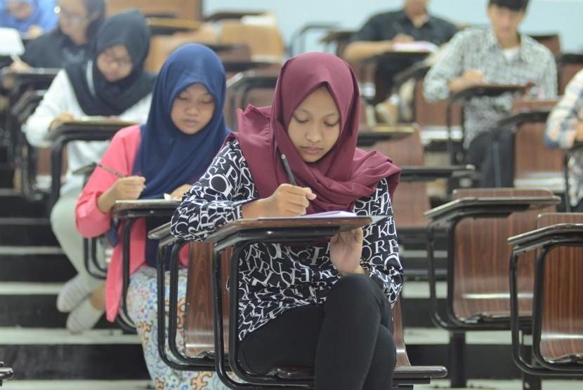 Para peserta mengerjakan soal melalui sistem Paper Based Testing (PBT), pada seleksi Bersama Masuk Perguruan Tinggi Negeri (SBMPTN) 2016 di Kampus ITB, Selasa (31/5).(Republika/Edi Yusuf)