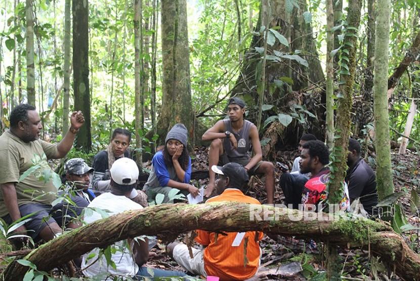 Para peserta saling berbagi pengalaman menyangkut pelestarian hutan dan lingkungan di tanah Papua Minggu (5/11). Melalui cara semacam ini, kegiatan Kemah Hutan Papua berusaha membangun soliditas pemuda dan transformasi sosial di tanah Papua.