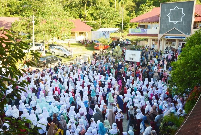 Para peserta tes masuk SMP Ar Risalah Padang.