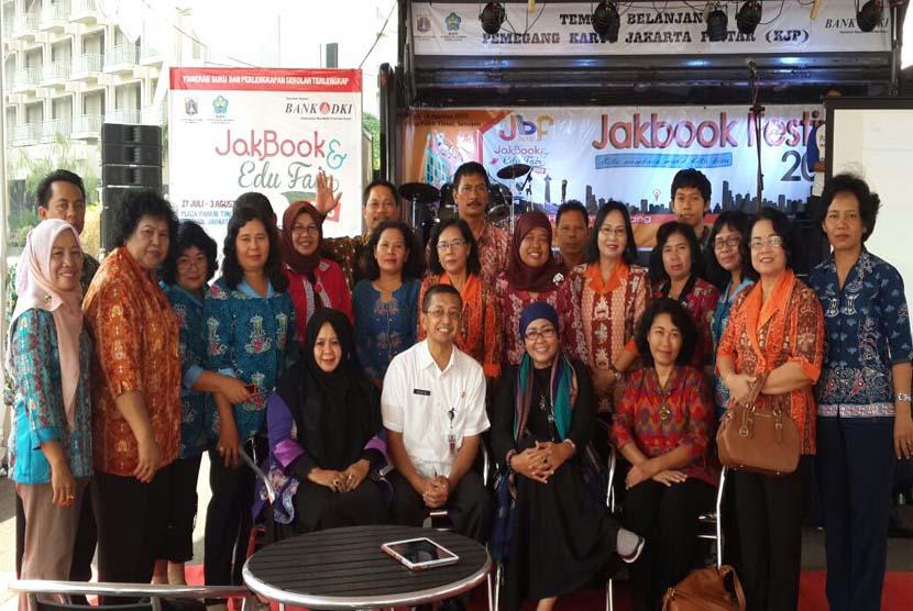 Para peserta workshop membaca dari Palangkaraya dan Pamekasan berfoto bersama di ajang Jakbook  Ikapi DKI Senayan Jakarta, Rabu (29/7).