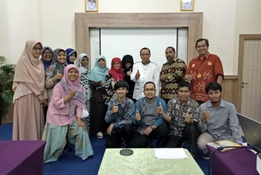 para peserta Workshop Menulis Cerpen serius mendengarkan uraian dari cerpenis, novelis dan redaktur senior Harian Republika, Irwan Kelana.