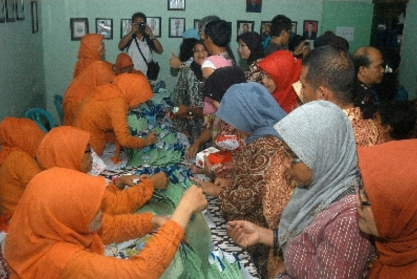 Para petugas sedang memberikan obat penyakit kaki gajah kepada warga usai pencanangan pengobatan massal penyakit kaki gajah (Filariasis)