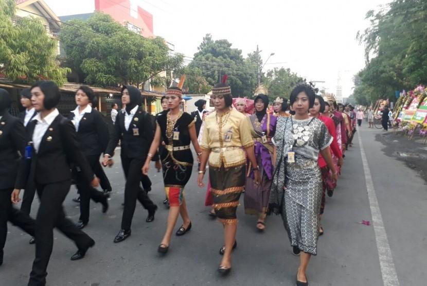 Gunakan Pakaian Adat, Polwan Amankan Pernikahan Putri Jokowi