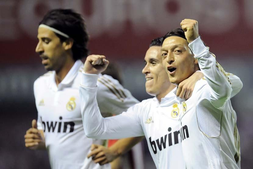 Suporter Real Madrid merayakan kesuksesan timnya meraih gelar La Liga ...