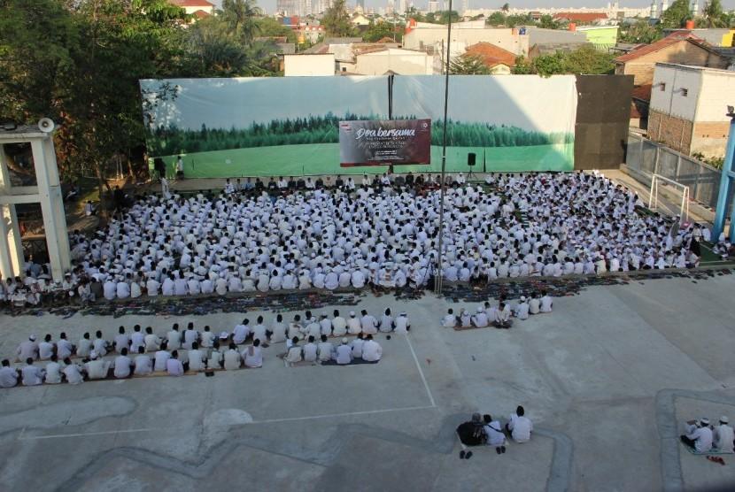 Para santri Daarul Qur'an mendoakan Muslim Rohingya.