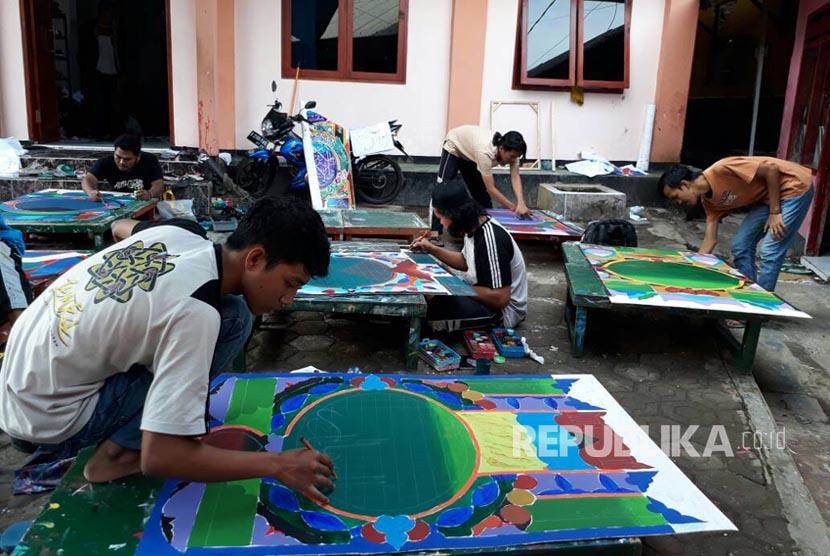 Para santri Pesantren Kaligrafi Alquran Lemka di Kota Sukabumi tengah mengikuti ujian kaligrafi cabang mushaf dan dekorasi Rabu (31/5). Para santri di pesantren itu berasal dari 24 provinsi dan luar negeri.