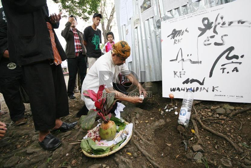 Sebuah poster apresiasi keberadaan Hutan Kota Babakan Siliwangi sebagai paru-paru Kota Bandung di Hutan Baksil, Jl Siliwangi, Kota Bandung, Rabu (5/6). (Republika/Edi Yusuf)