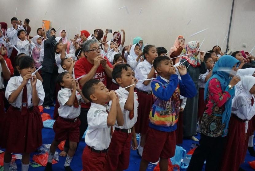 Para siswa SD belajar sains melalui berbagai permainan seru dalam seri kegiatan Indonesia Main Sains.
