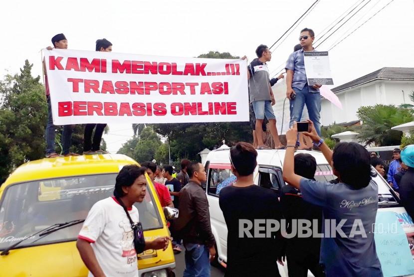 [ilustrasi] Para sopir angkot berdemonstrasi menolak keberadaan angkutan berbasis aplikasi (online).