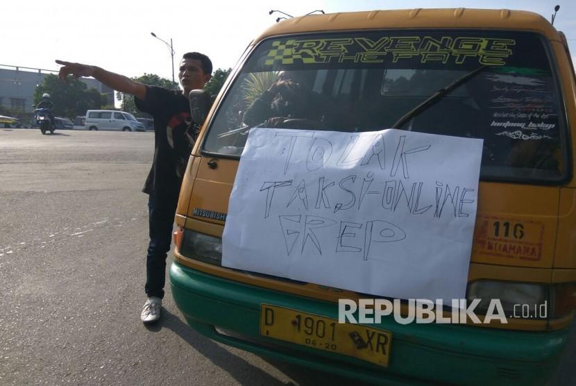 [ilustrasi] Para supir angkutan umum (angkot) melakukan aksi mogok beroperasi dalam aksi menolak keberadaan angkutan berbasis online.