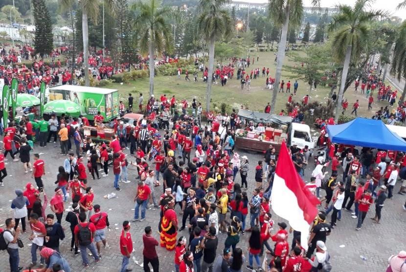 Para suporter timnas Indonesia di luar Stadion Shah Alam, Malaysia jelang semifinal SEA Games 2017, Indonesia lawan Malaysia, Sabtu (26/8).