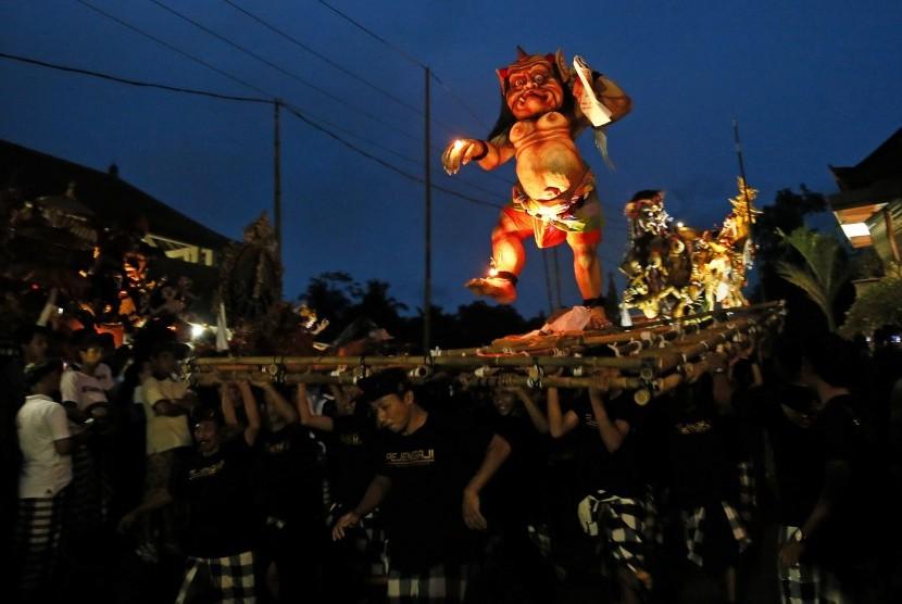 Pariwisata Bali bukan cuma dari alamnya, budaya seperti pawai Ogoh-Ogoh sebelum Nyepi juga menarik minat wisatawan.