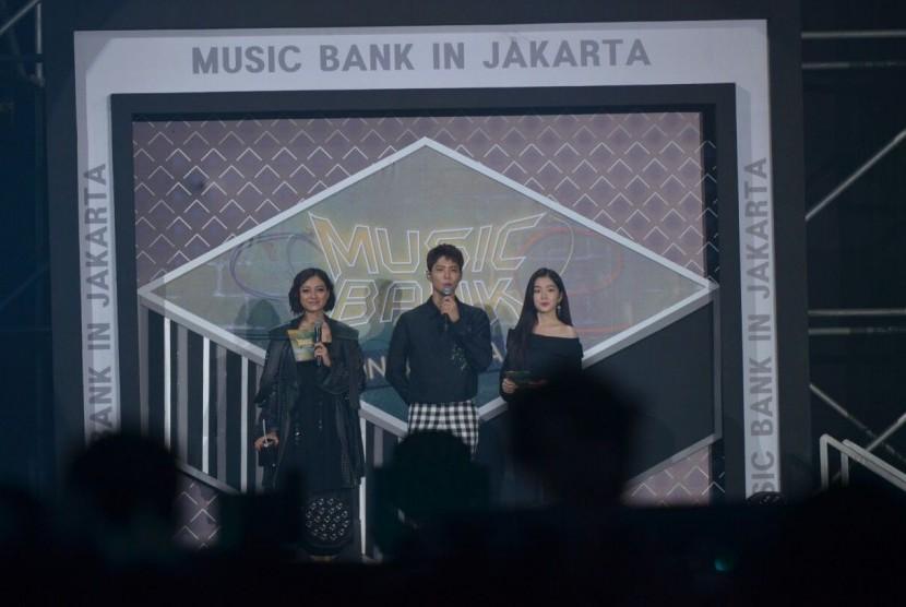 Park Bo Gum (tengah) bersama Irene Red Velvet dan Lolita Agustine (kiri) dalam gelaran Music Bank in Jakarta di JIExpo, Kemayoran, Jakarta Pusat, Sabtu (2/9) malam.