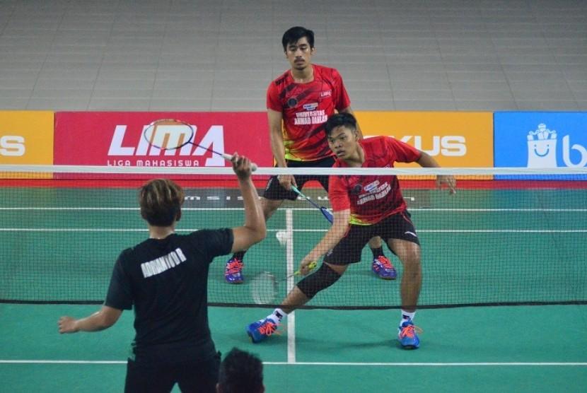 Partai UAD versus STIE YKPN pada laga LIMA Badminton di Yogyakarta, Jumat (12/4).