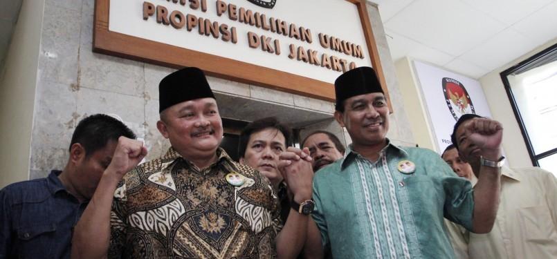 Pasangan Bakal Calon Gubernur Alex Noerdin (kiri) dan Wakil Gubernur DKI Ahmad Nono Sampono (kanan) mendatangi KPUD jakarta, Ahad (18/3). (Republika/Adhi Wicaksono)