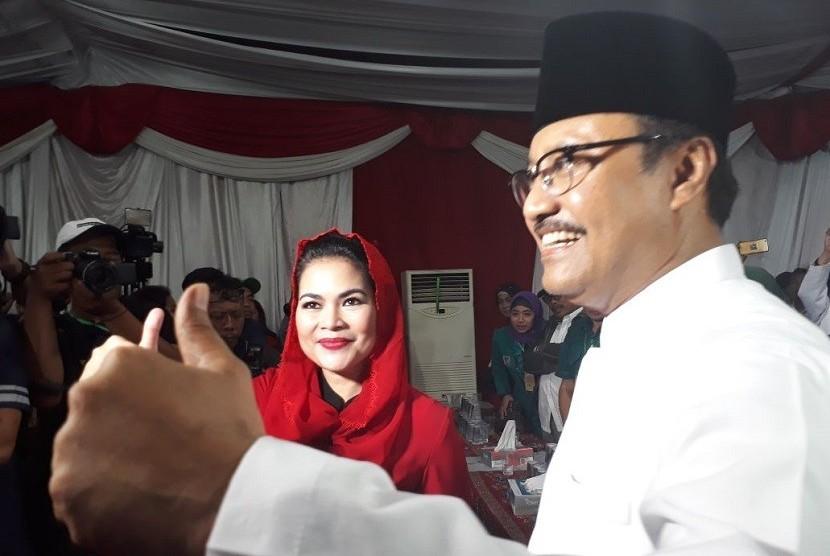 Pasangan bakal calon gubernur dan wakil gubernur Jawa Timur, Saifullah Yusuf (Gus Ipul) dan Puti Guntur Soekarno mendatangi kantor Komisi Pemilihan Umum Provinsi Jawa Timur.