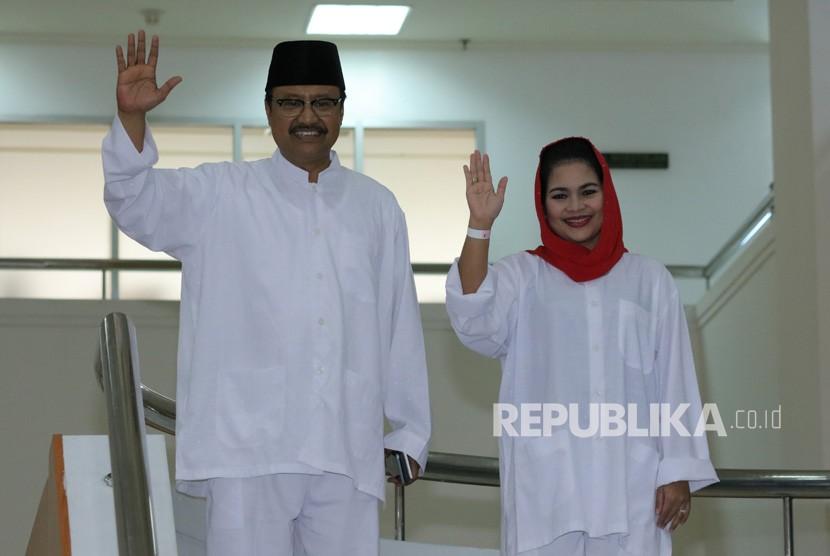 Pasangan bakal calon Gubernur dan Wakil Gubernur Jawa Timur Saifullah Yusuf (kiri) dan Puti Guntur Soekarno (kanan) bersiap menjalani tes kesehatan tahap kedua di Graha Amerta RSUD Dr Soetomo Surabaya, Jawa Timur, Jumat (12/1).