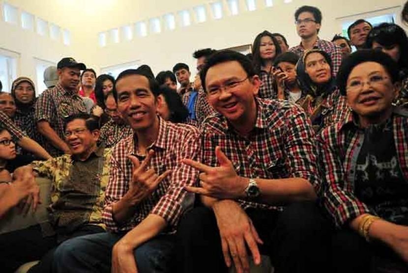 Pasangan Cagub/Cawagub DKI Jakarta Jokowi (depan kedua kiri) dan Ahok (depan kedua kanan) bersama pendukungnya di posko Tim Sukses di Jalan Borobudur, Jakarta, Rabu (11/7).