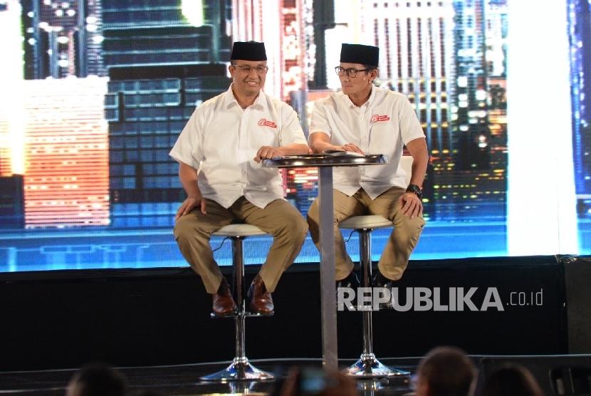 Pasangan cagub DKI nomor tiga Anies Baswedan-Sandiaga Uno saat mengikuti debat kedua cagub-cawagub DKI Jakarta di Jakarta, Jumat (27/1) malam.