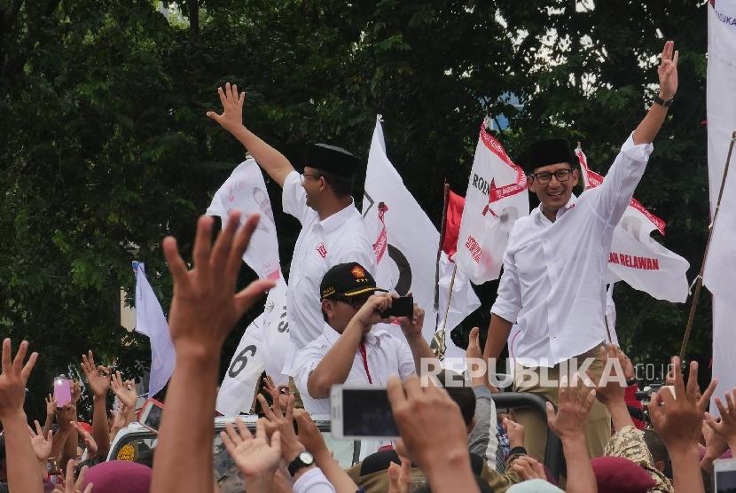 Pasangan calon Gubernur Anies Baswedan dan Wakil Gubernur Sandiaga Uno, menyapa pendukungnya pada acara kampanye pencalonan dirinya di Jakarta, Ahad (5/2).