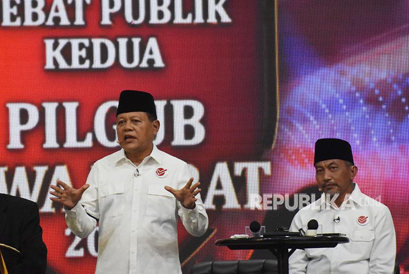 Pasangan calon gubernur dan wagub Jawa Barat nomor urut tiga Sudrajat (kiri)-Ahmad Syaikhu (kanan) menyampaikan visi dan misinya pada Debat Publik Putaran Kedua Pillgub Jabar 2018 di Balairung Universitas Indonesia, Depok, Jawa Barat, Senin (14/5).
