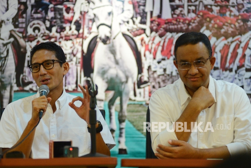 Pasangan calon Gubernur dan Wakil Gubernur DKI Jakarta Anies Rasyid Baswedan (kanan) dan Sandiaga Uno (kiri) memberikan keterangan kepada awak media saat acara silaturahmi media di Kantor DPP Gerindra, Jakarta, Kamis (16/2).