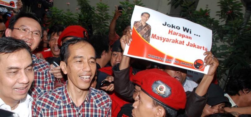 Pasangan calon gubernur dan wakil gubernur DKI Jakarta, Joko Widodo dan Basuki Tjahaya Purnama usai mendaftarkan diri sebagai calon gubernur dan wakil gubernur di Kantor KPUD,  Jakarta Pusat, Senin (19/3). (Republika/Agung Fatma Putra)
