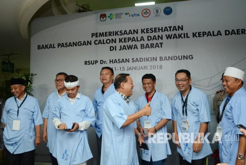 Pasangan Calon Gubernur dan Wakil Gubernur Jawa Barat berbincang akrab usai melakukan pemeriksaan kesehatan di RS Hasan Sadikin, Kota Bandung, Kamis (11/1).