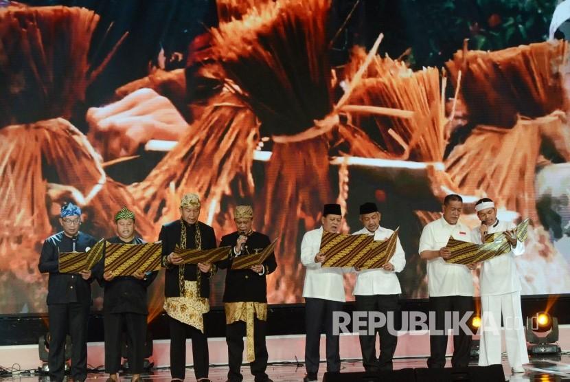Pasangan calon gubernur dan wakil gubernur Jawa Barat membacakan deklarasi damai usai Pengundian Nomor Urut Pasangan Calon Gubernur dan Wakil Gubernur Jawa Barat, di SOR Arcamanik, Kota Bandung, Selasa (13/2).