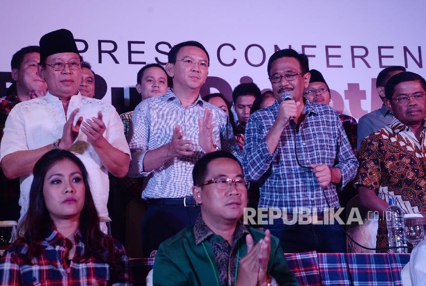 Pasangan calon nomor urut dua Basuki Tjahaja Purnama (Ahok)-Djarot Saiful Hidayat bersama partai pendukung serta relawan memberikan keterangan pers di Jakarta, Rabu (19/4).