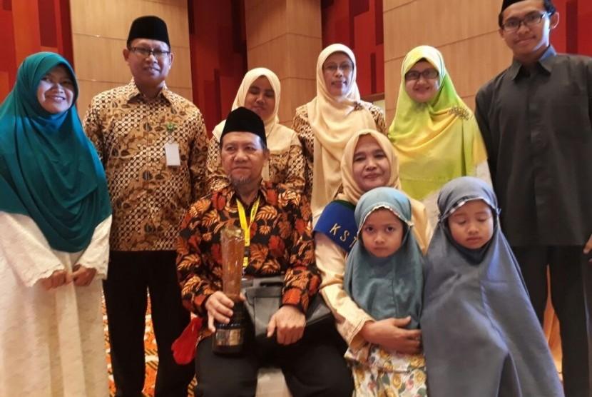 Pasangan dari Balikpapan, Kalimantan Timur, Abdul Hakim (60) dan Wahidah (54) terpilih sebagai keluarga tersakinah dalam acara Pemilihan dan Penganugerahan Kantor Urusan Agama (KUA) dan Keluarga Sakinah Teladan Tingkat Nasional Tahun 2017 di Hotel Mercure, Kemayoran, Jakarta, Jumat (18/8).