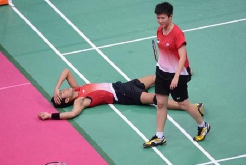 Pasangan ganda campuran bulutangkis Indonesia, Tontowi Ahmad (tiduran) dan Liliyana Natsir (berdiri) meratapi kegagalan menyumbang medali di ajang Olimpiade London 2012.