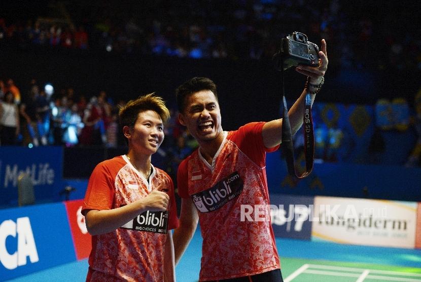 Pasangan ganda campuran Indonesia Tontowi Ahmad/Liliyana Natsir melakukan swafoto seusai menjadi juara dalam final BCA Indonesia Open Superseries Premier 2017 di JCC Senayan, Jakarta, Ahad (18/6).