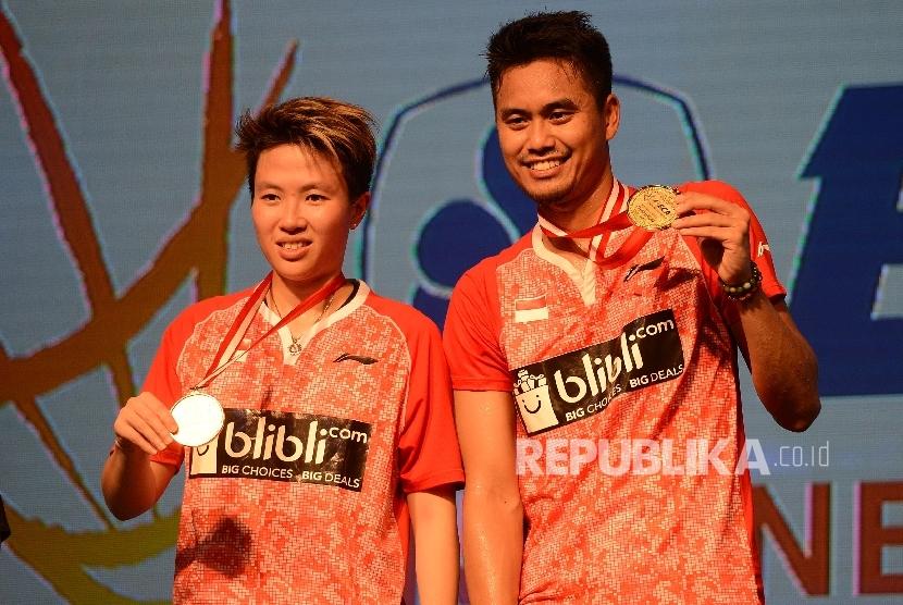 Pasangan ganda campuran Indonesia Tontowi Ahmad/Liliyana Natsir menerima medali seusai menjadi juara dalam final BCA Indonesia Open Superseries Premier 2017 di JCC Senayan, Jakarta, Ahad (18/6).