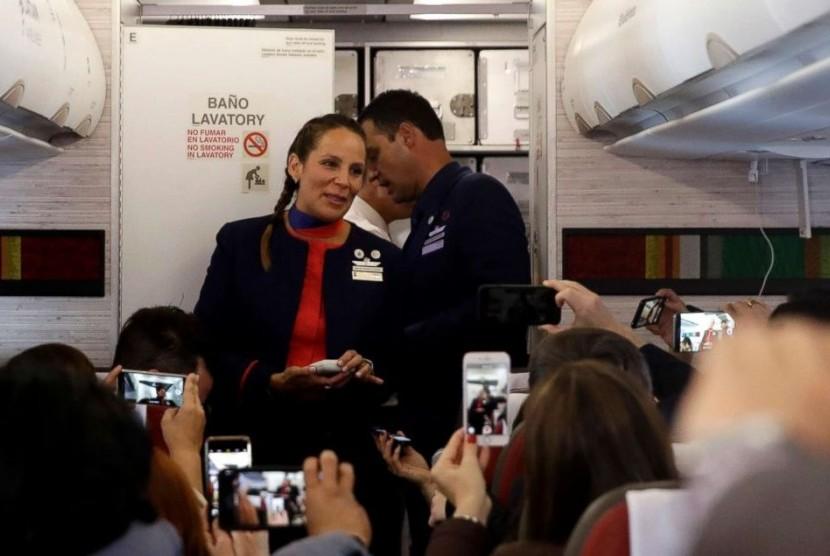 Paus Nikahkan Awak Kabin di Udara