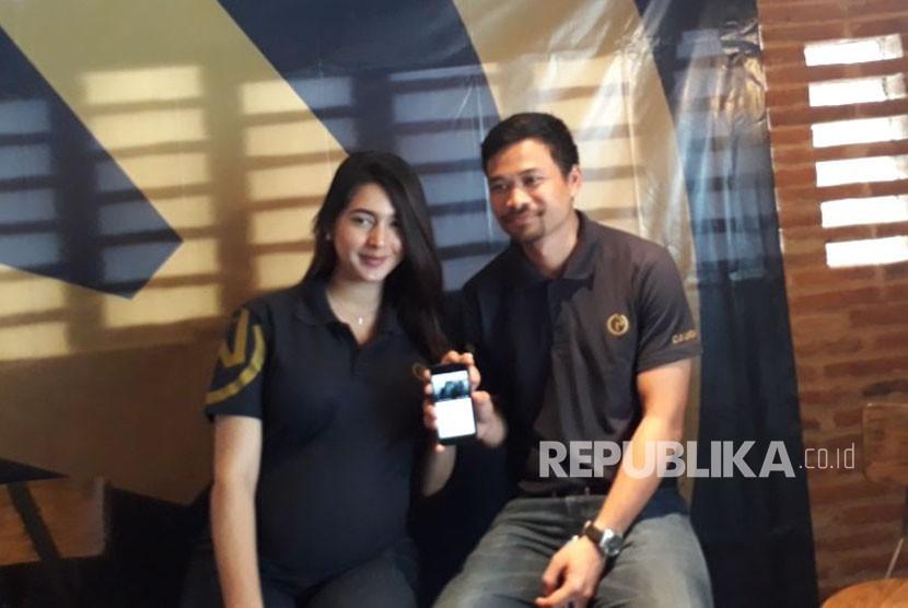 Pasangan selebriti Nabila Syakieb dan Reshwara Radinal meluncurkan aplikasi bagi pecinta kuda, Djiugo, di Jakarta, Selasa (14/11).