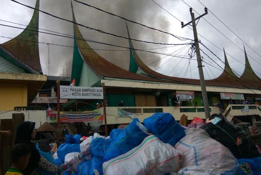 Pasar Aur Kuning Bukittinggi Dilalap Api
