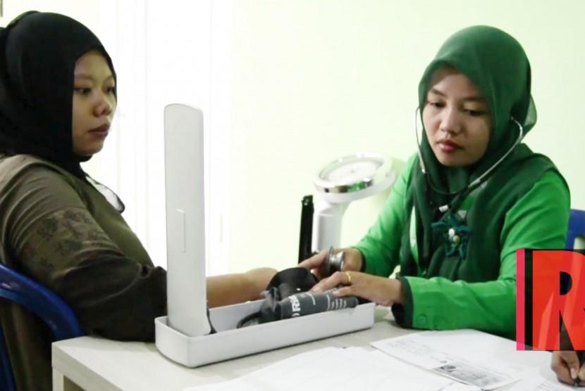 Pasien ibu hamil sedang memeriksa tekanan darah sebelum melakukan USG di Rumah Sakit kedua Dompet Dhuafa RS Aka Medika Sribhawono, Lampung Timur