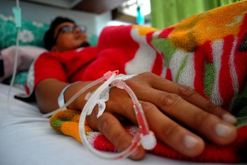 Pasien penderita penyakit demam berdarah dengue (DBD) menjalani perawatan medis di Rumah Sakit Umum Daerah (RSUD) R Syamsudin, Kota Sukabumi, Jawa Barat, Jumat (5/2).