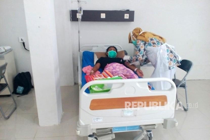 Pasien suspect difteri dirawat di ruang isolasi Rumah Sakit Singaparna Medika Citrautama Kabupaten Tasikmalaya, Jawa Barat, Kamis (11/1).