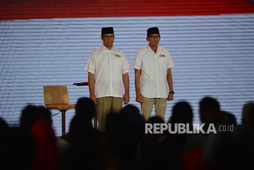 Paslon Cagub dan Cawagub DKI Jakarta nomor urut 3 Anies-Sandi mengikuti final debat pasangan calon di Jakarta, Jumat (10/2).