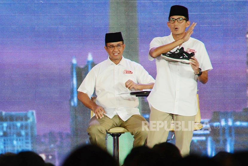 Paslon Cawagub DKI Jakarta nomor urut 3 Sandiaga Uno melepas sepatu saat berdebat.
